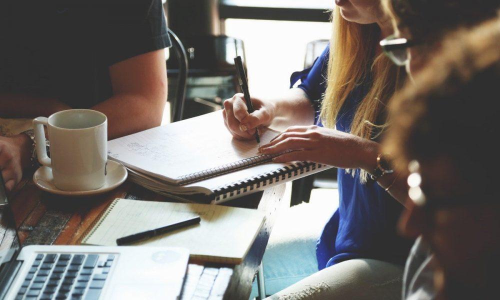Učenici za stolom - Učenje engleskog jezika